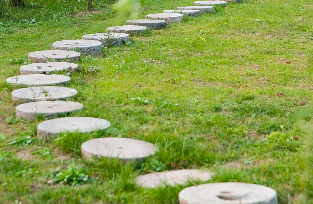 Необычные садовые дорожки - 30 фото-идей