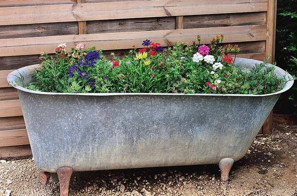 Как сделать из старой кастрюли цветочный контейнер или дачный умывальник
