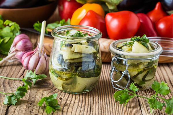 Салат из кабачков с чесноком и зеленью